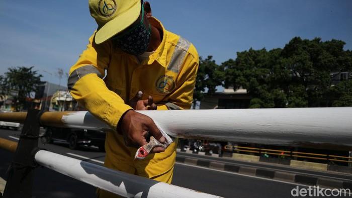Pemeliharaan dan perawatan Flyover Kampung Melayu terus dilakukan. Kali ini, petugas melakukan pengecatan.