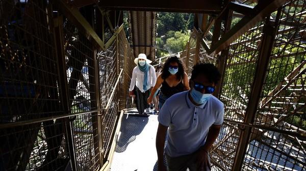 Dilansir dari Reuters, Senin (22/6/2020) manajer Menara Eiffel menjelaskan, sembari menunggu kondisinya normal kembali, mereka juga membatasi pengunjung untuk naik hanya sampai ke lantai dua menggunakan tangga. Aturan ini berlaku sampai awal Juli 2020.