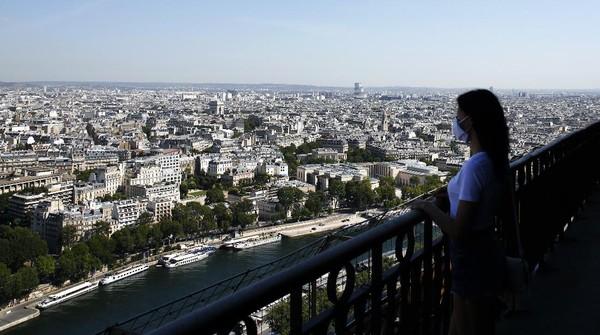 Menara Eiffel merupakan salah satu destinasi unggulan Prancis yang dikunjungi sekitar tujuh juta orang setiap tahun. Berdiri sejak 1889, Menara Eiffel sempat memiliki gelar bangunan tertinggi di dunia. Rekor ketinggian menara rancangan Gustave Eiffel itu kemudian dipecahkan Chrysler Building di New York yang pembangunannya selesai pada tahun 1930.