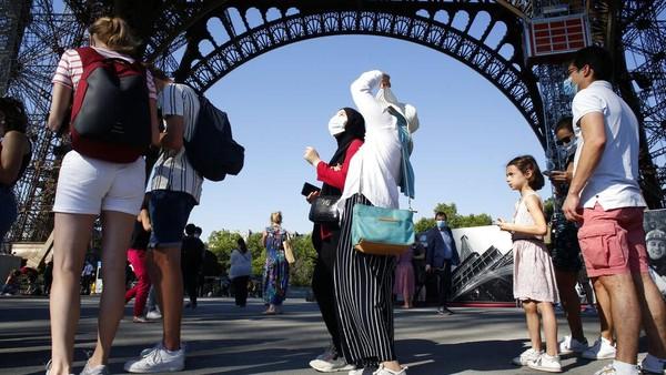 Usai kembali dibuka, pengunjung pun ramai-ramai mendatangi Menara Eiffel untuk menaiki salah satu bangunan ikonik dan bersejarah di Kota Paris tersebut.