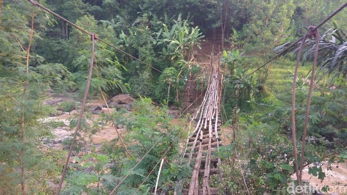 Jembatan penghubung dua desa di Bandung Barat rusak parah