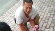 Aksi Heroik Kades Blitar Bantu Seorang Ibu Melahirkan di Trotoar