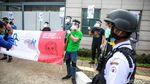 Pakai Face Shield, Aktivis Lingkungan Demo Kedubes Korsel