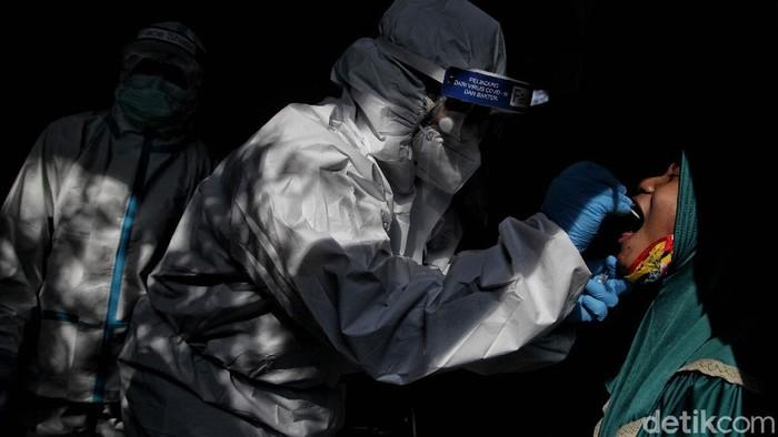 Para tenaga medis terus berjuang lawan pandemi COVID-19. Beragam tindakan preventif hingga penanganan bagi pasien dilakukan agar pandemi dapat segera teratasi.