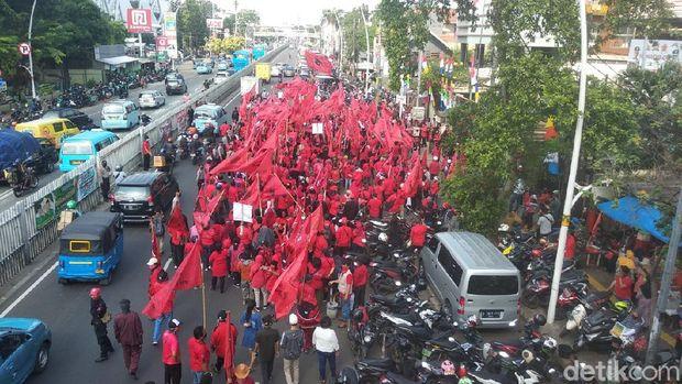 Massa PDIP Longmarch menuntut proses hukum pembakaran bendera