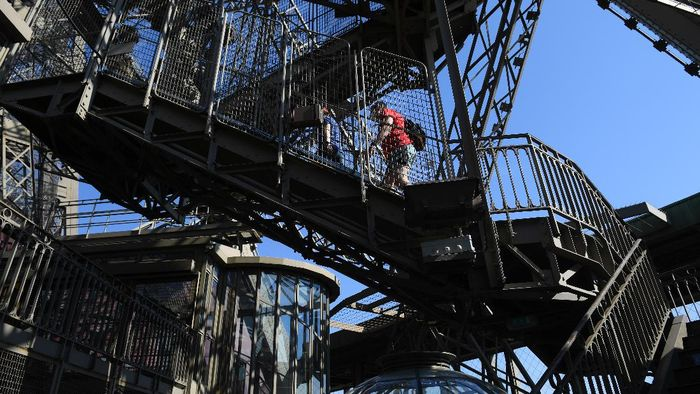 Menara Eiffel hari ini, Kamis (25/6/2020) sudah kembali dibuka setelah mewabahnya virus Corona. Berikut foto-foto terkininya.