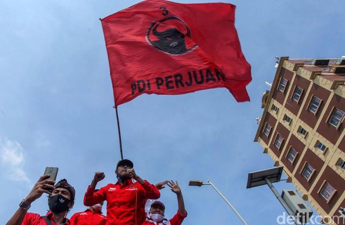 Massa DPC PDI Perjuangan Jakarta Timur (Jaktim) melakukan longmarch dari Jalan Matraman Raya menuju Polres Jakarta Timur.
