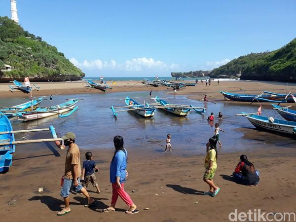 Wisatawan mengunjungi Pantai Baron di hari pertama uji coba buka.Dispar Kabupaten Gunungkidul berencana untuk melaksanakan uji coba di pantai Baron dan pantai Kukup pada tanggal 24 Juni.