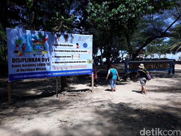 Di pantai Kukup, wisatawan yang datang diwajibkan petugas mencuci tangan terlebih dahulu sebelum masuk ke pantai.