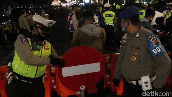 Pemkot Bandung kembali menutup sejumlah ruas jalan protokol. Pasalnya pasca pelonggaran PSBB menyebabkan terjadinya kerumunan warga.