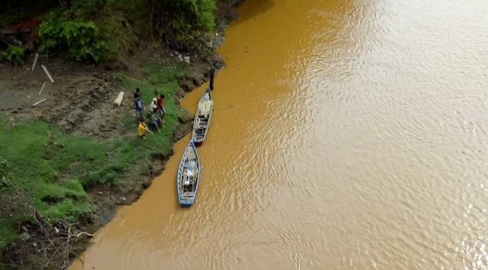 Pengecekan kondisi Sungai Musi usai banyak ikan mati (dok. Istimewa)