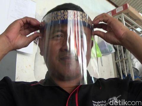 Pengrajin Songkok Bambu Beralih Produksi Face Shield