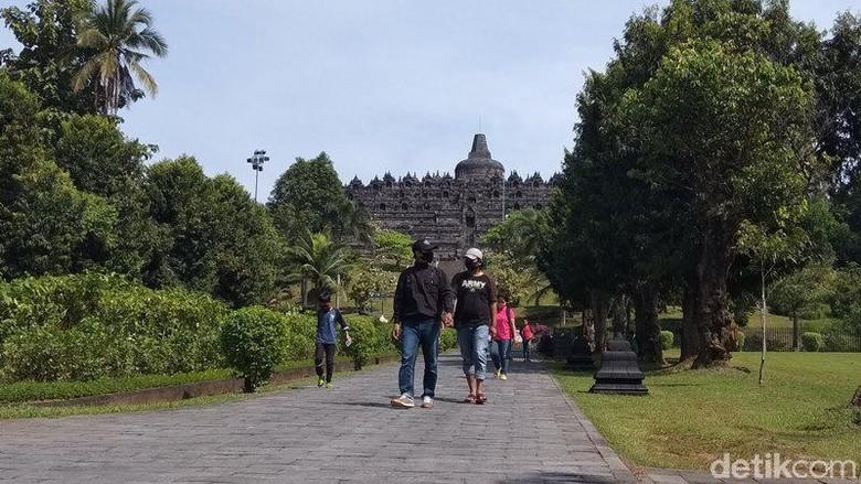 Pengunjung Candi Borobudur di masa uji coba pembukaan operasional pada hari pertama.