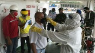 Cegah COVID-19 di Pelabuhan Cirebon, Petugas Cek Kesehatan ABK