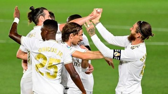 Real Madrids Spanish defender Sergio Ramos (R) celebrates with teammates after scoring during the Spanish league football match real Real Madrid CF against RCD Mallorca at at the Alfredo di Stefano stadium in Valdebebas, on the outskirts of Madrid, on June 24, 2020. (Photo by JAVIER SORIANO / AFP)