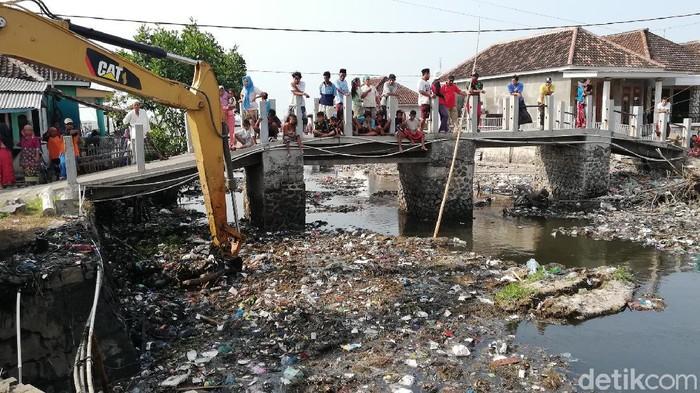 Sungai menjijikkan penuh sampah di Desa Tambak Lekok, Pasuruan akhirnya dikeruk. Sungai tersebut merupakan tempat pembuangan sampah warga sekitar.