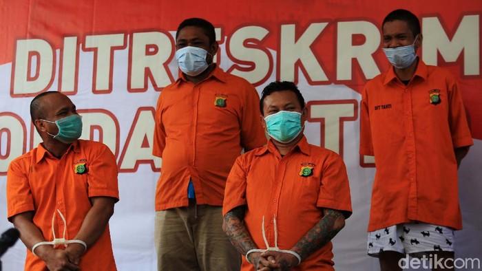 Polisi berhasil menangkap 5 DPO anggota kelompok John Kei kasus penyerangan di Green Lake City, Tangerang. Dalam kasus itu polisi juga menyita senjata api dan senjata tajam.