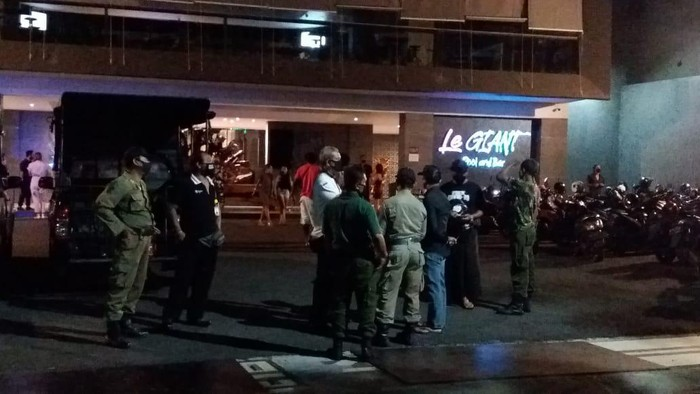 Abaikan Protokol Kesehatan, Satpol PP Bubarkan Kerumunan Turis di Bar Bali (Foto: dok. Istimewa)