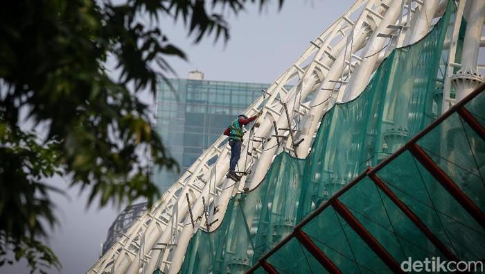 Sejumlah pekerja di proyek LRT di kawasan Kuningan, Jakarta, bekerja keras menyelesaikan tugas. Bak Spiderman, mereka bergelantungan mempertaruhkan nyawa.
