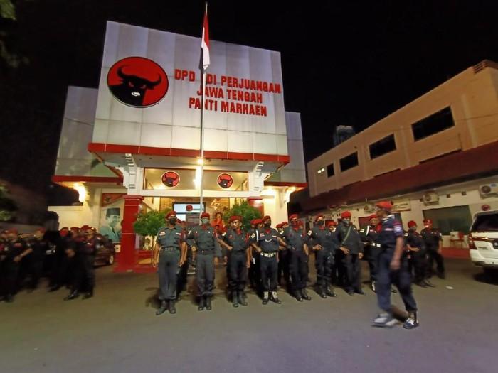 Foto apel pengibaran bendera di kantor DPD PDIP Jateng.