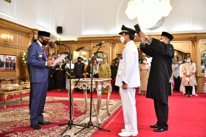 Gubernur Sulsel Nurdin Abdullah melantik Kepala Dinas PUTR Sulsel Profesor Rudy Djamaluddin sebagai Pj Wali Kota Makassar (dok. Istimewa).