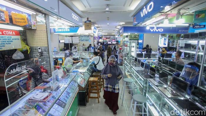 Sentra penjualan ponsel di ITC Roxy Mas, Jakarta, mulai bergeliat. Setelah sempat tutup selama 3 bulan di masa PSBB, kini mal kembali dibuka.