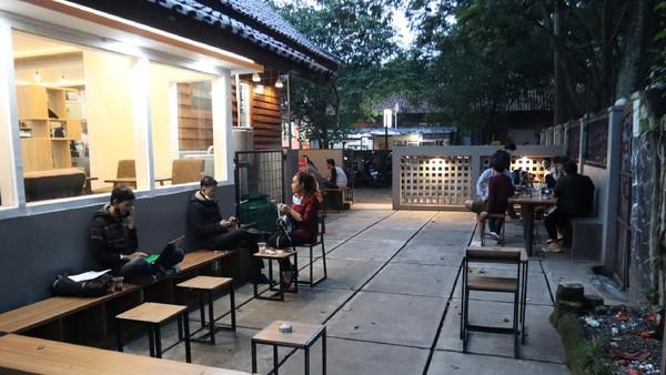 Inilah kedai kopi bernama Dejima Kohii di Bandung. Kedai kopi kekinian ini dulu adalah sebuah gudang milik Perhutani. (Wisma Putra/detikcom)