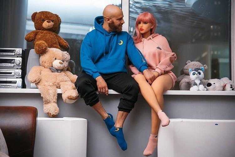 Binaragawan Yuri Tolochko berencana menikahi robot seks bernama Margo. Berikut ini potret kehidupan romantis mereka yang kontroversial.