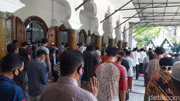 Masjid di Surabaya gelar sholat jumat satu gelombang