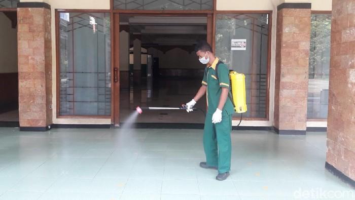 Masjid Sunda Kelapa Jakpus disemprot disinfektas usai salat Jumat