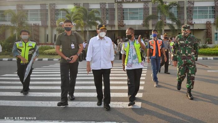 Menhub Budi Karya Sumadi melakukan kunjungan kerja ke Yogyakarta dan Solo untuk memastikan penerapan protokol kesehatan di sejumlah simpul transportasi.