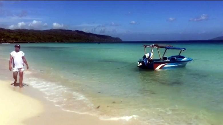 Wisatawan berkunjung ke Pantai Nirwana
