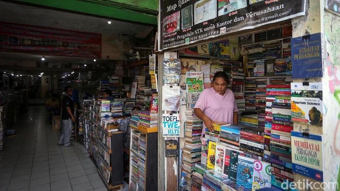 Geliat aktivitas di kios buku kawasan Kwitang tampak sepi. Pandemi COVID-19 membuat penjualan buku di kios itu makin sulit bagi para pedagang di sana.