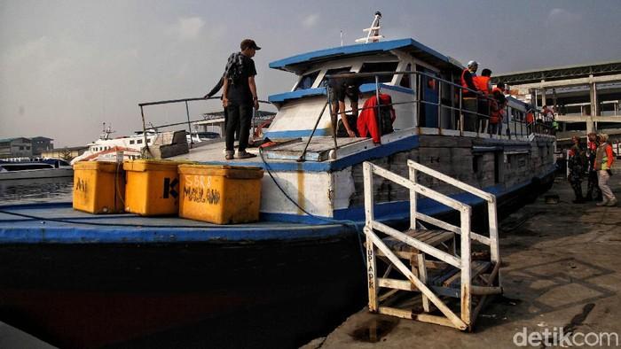 Petugas memeriksa suhu penumpang di kapal KMP Arwana dengan tujuan Pulau Pramuka di kawasan Pelabuhan Kali Adem, Muara Angke, Jakarta Utara,  Jumat (26/6). Saat ini pelabuhan Kali Adem Muara Angke yang melayani perjalananan ke pulau seribu dan arah sebaliknya telah dibuka kembali.