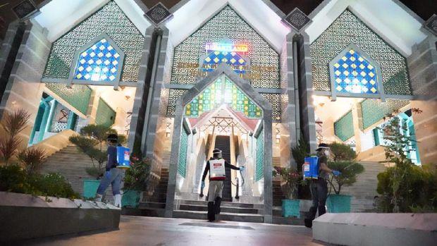 Penyemprotan disinfektan Masjid Al Markaz Makassar jelang salat Jumat