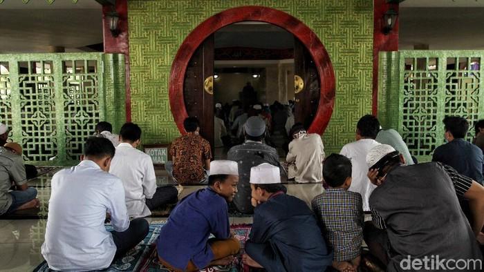 Masjid Babah Alun yang berada di kolong tol Papanggo, Jakarta Utara, melaksanakan salat Jumat dengan menerapkan protokol kesehatan. Begini potretnya.