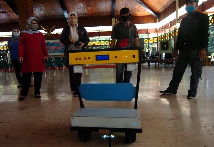 Bupati Tegal Umi Azizah (kiri) menyaksikan cara bekerja robot