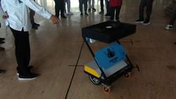 Satu lagi robot karya anak bangsa yang diberi nama Nyong Robot Tegal itu hadir membantu meringankan kerja petugas medis. Mereka cuma lulusan SMP lho.
