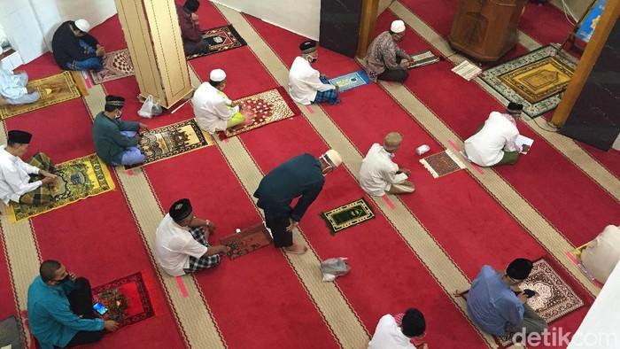 Salat Jumat di Masjid Nurul Islam, Kelurahan Tugu Selatan, Kecamatan Koja, Jakarta Utara, Jumat (26/6/2020).