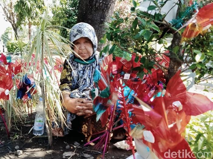 Usia tak jadi halangan bagi Siti Rokhimah untuk memburu rezeki. Nenek 80 tahun itu tetap setia berjualan mainan tradisional di tengah gempuran mainan modern.