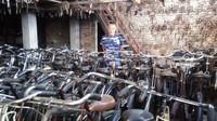 Pramono punya ide menyewakan sepeda tersebut karena mengoleksi sepeda yang jumlahnya banyak, mencapai ribuan buah. Harga sewa sepeda sehari sangat terjangkau sebesar Rp 15.000. (Eko Susanto/detikcom)