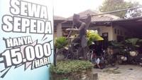 Saat ini lagi booming naik sepeda. Tak jauh dari Candi Borobudur ada persewaan sepeda. Harganya murah banget, cuma Rp 15 ribu. (Eko Susanto/detikcom)