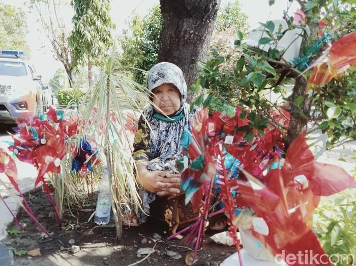 Siti Rokhimah berjualan kincir angin di jalan Pramuka, Klaten, Jumat (26/6/2020).