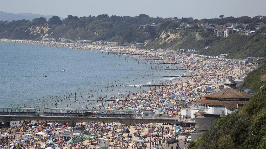 Luber! Ribuan Orang Penuhi Pantai di Bournemouth