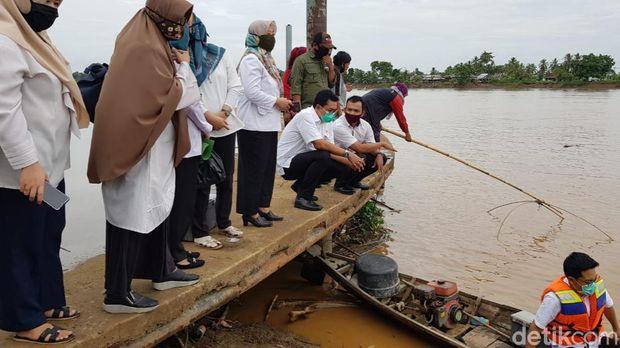 Tiga dinas di Musi Banyuasin turun ke lokasi memantau situasi dan cek kualitas air Sungai Musi.