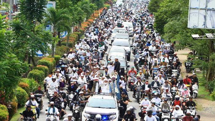 Ratusan pengunjuk rasa dari berbagai ormas melakukan konvoi menuju DPRD Provinsi Kalbar untuk menggelar aksi selamatkan NKRI dan Pancasila di Jalan Ahmad Yani Pontianak, Kalimantan Barat, Jumat (26/6/2020). Dalam aksi tersebut mereka menuntut Rancangan Undang-Undang Haluan Ideologi Pancasila (RUU HIP) dicabut dan dibatalkan dari program legislasi nasional (prolegnas) 2020. ANTARA FOTO/Jessica Helena Wuysang/pras.