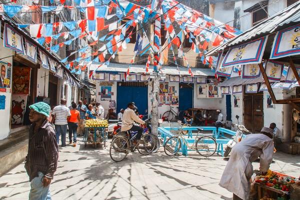 7. Stone TownMasih di Zanzibar, ibu kotanya yakni Stone Town juga tak kalah memukau. Kota ini merupakan kota tua bersejarah sebagai bekas ibu kota Kesultanan Zanzibar dan juga menjadi pusat perdagangan rempah serta budak pada abad ke-19. Traveler dapat melihat arsitekturnya yang menggabungkan budaya India, Eropa, Persia, dan Arab. Karena kaya akan sejarah, kota ini dinobatkan sebagai Situs Warisan Dunia UNESCO. (Foto: iStock)