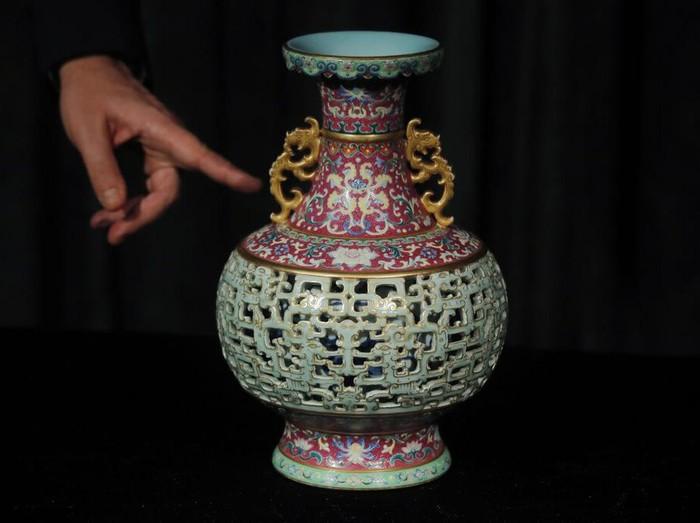 Sebuah vas dari masa Kekaisaran Qianglong dari Dinasti Qing, China, akan dilelang Juli 2020 mendatang. Vas antik itu diperkirakan bernilai hingga Rp 165 miliar.