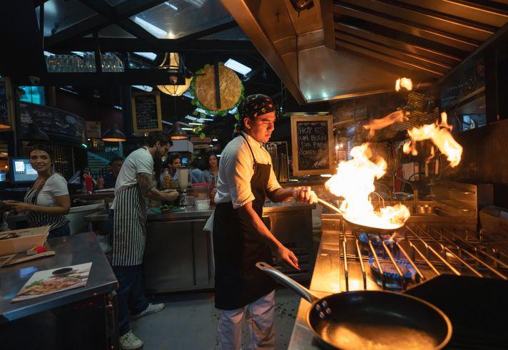 Chef dan pelayan yang tega meludahi makanan pesanan pembeli