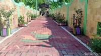 Makam itu berada di Dukuh Nguwot, Kelurahan Tawangrejo Kecamatan Manguharjo, Kota Madiun. Warga menyulap pemakaman itu sehingga lebih sedap dipandang. Dari jalan masuk pun sudah dicat berwarna. (Sugeng Harianto/detikcom)